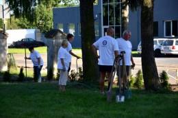 Pracownicy PZU posadzili 200 tui w naszym hospicyjnym ogrodzie